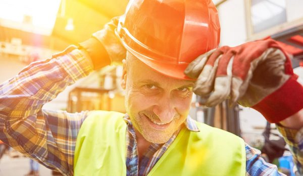 Man in de bouw zet helm op
