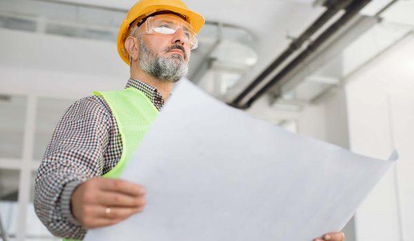 Man uit de bouw voert controle uit