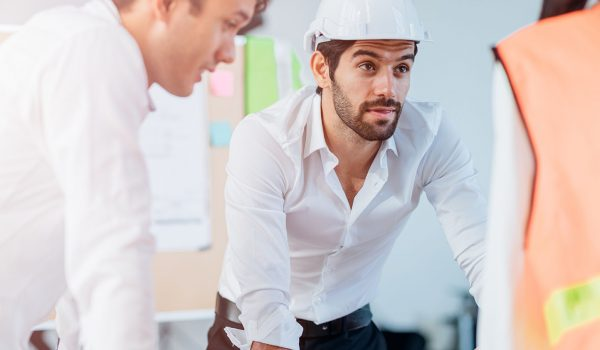Man in de bouw geeft presentatie