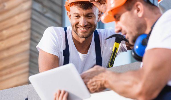 Twee mannen werken op het dak